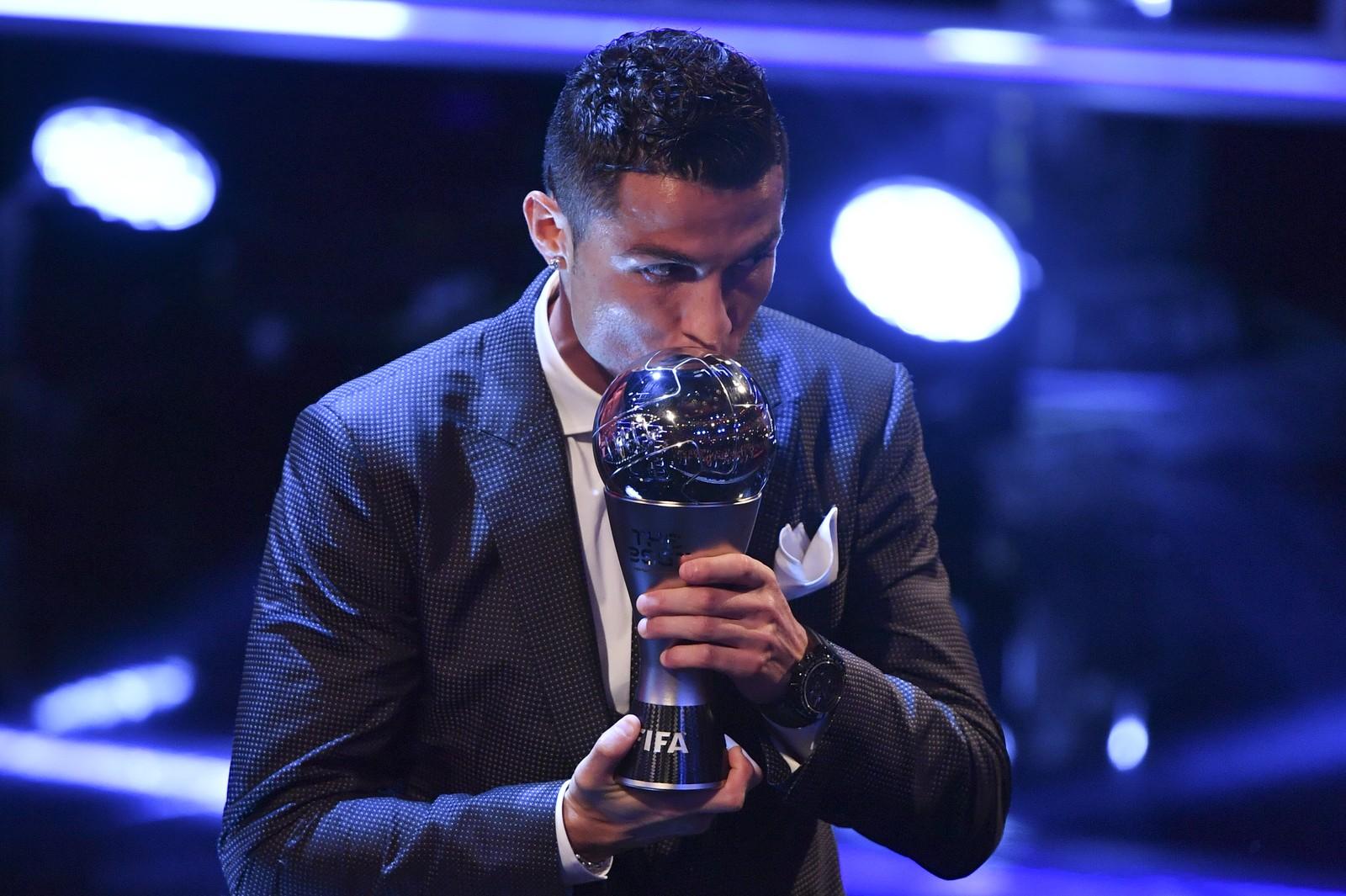 Fifa the best 2017 cristiano ronaldo gagne le prix for Peinado cristiano ronaldo 2017