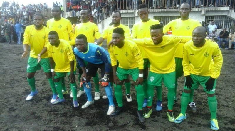 Les joueurs en pose pour le debut de match en LINAFOOT